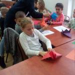 Uczniowie z SP3 na ciekawych zajęciach w Gminnej Bibliotece Publicznej w Baniach Mazurskich