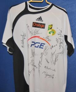 Dawida Nowaka z podpisami pilkarzy PGE GKS Belchatow1