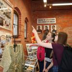 Zwiedzali wystawę o misjach żołnierzy _6