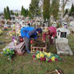 Wraz z pracownikami interwencyjnymi porządkują stare, zapomniane groby