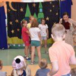 Podczas przedstawienia aktorzy zapraszali dzieci na scenę