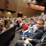Coś dla ducha i dla ciała – uczniowie SP 5 w teatrze i w parku trampolin