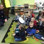 """""""Mój tata – policjant"""" – Funkcjonariusz gołdapskiej komendy wraz z sierż. Gołdapkiem odwiedzili przedszkolaków"""