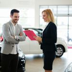 Jakość obsługi klienta w salonach sprzedaży samochodów. Czego możesz oczekiwać odwiedzając salon?