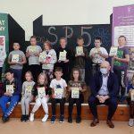 Na zakończenie spotkania każde dziecko otrzymało książkę i słodycze z logo akcji