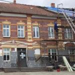 Kontrowersje wzbudził remont elewacji budynku w Baniach Mazurskich