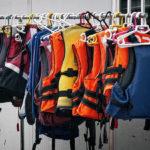 Kamizelka ratunkowa – niezbędne wyposażenie na jachcie
