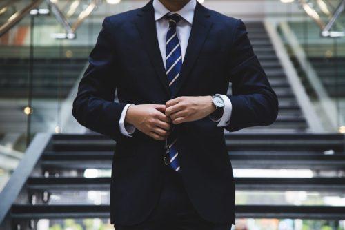 prawnik w garniturze